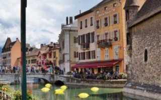 Французский городок анси летом